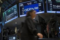 Le groupe pharmaceutique Abbvie est l'une des valeurs à suivre à Wall Street après son annonce d'une prévision de bénéfice par action 2015 de 4,25-4,45 dollars, supérieure au consensus Thomson Reuters I/B/E/S (actuellement à 4,32 dollars). Le groupe mise sur une percée de son traitement oral contre l'hépatite C, le Viekira Pak, qui a reçu en décembre son autorisation de mise sur le marché. /Photo prise le 18 juillet 2014/REUTERS/Brendan McDermid