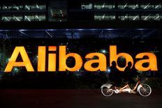 Imagen del logotipo de la compañía china Alibaba en las periferias de Hangzhou, provincia de Zhejiang. 10 de noviembre del 2014.  La minorista china Alibaba y su unidad Alipay se encuentran en negociaciones avanzadas para comprar una participación por 550 millones de dólares en la firma india One97 Communications, que cuenta con una plataforma de pagos online, dijeron fuentes directamente involucradas con la transacción. REUTERS/Aly Song