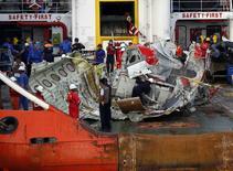 """Часть самолета AirAsia, поднятая со дна моря, на борту судна Crest Onyx в порту Кумай, Индонезия 11 января 2015 года. Индонезийские водолазы достали """"черный ящик"""" разбившегося две недели назад в Яванском море лайнера AirAsia, сообщили власти. REUTERS/Darren Whiteside"""