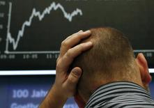Трейдер на фондовой бирже во Франкфурте-на-Майне 17 октября 2014 года. Европейские фондовые рынки растут за счет акций фармацевтических компаний после соглашения Shire Plc о покупке NPS Pharmaceuticals Inc за $5,2 миллиарда. REUTERS/Ralph Orlowski