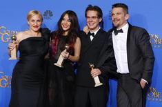 """Elenco de """"Boyhood"""" posa com prêmio no Globo de Ouro em Beverly Hills. 11/01/2015 REUTERS/Mike Blake"""