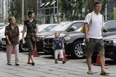 Família observa carros BMW à venda em Pequim. 14/08/2012 REUTERS/Jason Lee