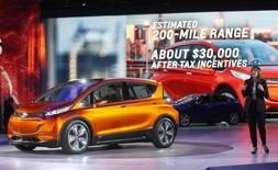 Presidente-executiva da GM, Mary Barra, apresenta Chevrolet Bolt  em Detroit.  12/1/2014  REUTERS/Rebecca Cook