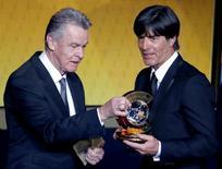 Alemão Joachim Loew recebe o prêmio da Fifa de melhor treinador do mundo de 2014 em cerimônia em Zurique 12/01.2015. REUTERS/Ruben Sprich