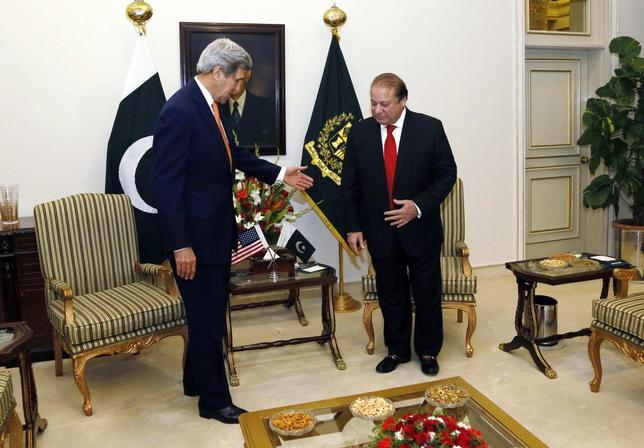 U.S. Secretary of State John Kerry (L) gestures to Pakistan Prime Minister Nawaz Sharif shortly after arriving in Islamabad, Pakistan January 12, 2015.   REUTERS/Rick Wilking