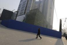 Site de construction de Kaisa Plaza à Pékin. Le spectre d'un défaut de paiement du promoteur immobilier chinois qui semblait en bonne santé financière il y a tout juste deux mois, pousse les investisseurs à repenser leur façon de prendre en compte le risque politique lorsqu'ils acquièrent de la dette d'entreprises chinoises. /Photo prise le 13 janvier 2015/REUTERS/Jason lee