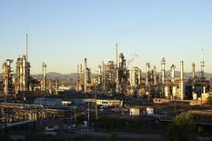 Una refinadora de petróleo vista durante el amanecer en Rocky Mountains, Denver. Imagen de archivo, 14 octubre, 2014. La agencia Fitch dijo el jueves que habría reducciones en las calificaciones de crédito de los países productores de petróleo si el precio del crudo no se recupera. REUTERS/Rick Wilking
