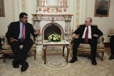 """El presidente ruso, Vladimir Putin, y su par venezolano Nicolás Maduro, durante una reunión en Moscú, 15 enero, 2015. El presidente Putin, y su par venezolano Maduro """"discutieron detalladamente"""" el jueves la situación de los mercados petroleros globales, dijo la agencia de noticias Interfax citando al portavoz del Kremlin, Dmitry Peskov, tras la reunión de los líderes. REUTERS/Miraflores Palace/Handout via Reuters (RUSSIA- Tags: POLITICS)  ATENCIÓN EDITORES, ESTA IMAGEN FUE ENTREGADA POR UNA TERCERA PARTE"""