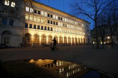 A man and his dog walk past the building of the Swiss National Bank (SNB) in Zurich January 15, 2015. REUTERS/Arnd Wiegmann