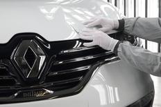 Рабочий проверяет качество покраски автомобиля Renault Espace на заводе Renault в Дуэ, Франция 26 ноября 2014 года. Французская Renault ждет, что российский авторынок сократится на 20-25 процентов в 2015 году, сообщил директор компании по продажам Жером Столь. REUTERS/Pascal Rossignol