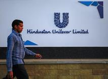 Un hombre camina frente la sede de Unilever en Mumbai, 19 enero, 2015. El gigante de bienes de consumo Unilever  reportó un crecimiento de las ventas subyacentes menor que lo esperado en el cuarto trimestre, luego de que el debilitamiento de los mercados emergentes que sacudió el rendimiento previamente en el año no mejoró. REUTERS/Danish Siddiqui