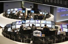 """Трейдеры на фондовой бирже во Франкфурте-на-Майне. 19 января 2015 года. Европейские фондовые рынки поднялись до семилетнего максимума после сообщения об экономическом росте Китая и за счет ожиданий """"количественного смягчения"""" Европейского центробанка. REUTERS/Stringer"""