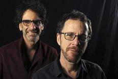 Los cineastas estadounidenses Joel y Ethan Coen posan para una fotografía en Los Angeles. Imagen de archivo, 15 noviembre, 2013.  Los hermanos Coen serán los primeros copresidentes del jurado para la edición de este año del Festival de Cine de Cannes, dijeron el martes los organizadores. REUTERS/David McNew