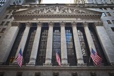 El exterior de la bolsa de Nueva York fotografiado en el vecindario de Manhattan. Imagen de archivo, 5 enero, 2015. Las acciones subían el martes en la apertura de las operaciones en la bolsa de Nueva York luego de que el Fondo Monetario Internacional recortara su pronóstico de crecimiento económico mundial, lo que aumentó las esperanzas de que los bancos centrales tomarán medidas agresivas para impulsar las economías. REUTERS/Carlo Allegri