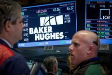 Baker Hughes, le numéro trois mondial des services pétroliers, a annoncé mardi 7.000 suppressions d'emplois en conséquence de la baisse des cours du brut, emboîtant ainsi le pas à Schlumberger qui a fait état il y a quelques jours de 9.000 suppressions de postes. /Photo prise le 17 novembre 2014/REUTERS/Brendan McDermid