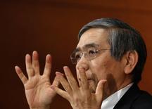 El gobernador del BOJ, Haruhiko Kuroda, durante una conferencia de prensa en Tokio, 21 enero, 2015. El Banco de Japón recortó el miércoles su pronóstico de inflación para el próximo año fiscal y expandió un plan de préstamos, con la esperanza de desviar las críticas que está de brazos cruzados en momentos en que una caída en los precios del crudo aleja su objetivo de inflación. REUTERS/Toru Hanai