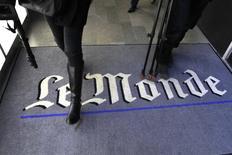"""APeriodistas caminan sobre el logo del diario francés Le Monde en sus oficinas en París. Imagen de archivo, 29 noviembre, 2010. Le Monde dijo que su cuenta de Twitter y su herramienta de publicación fueron pirateadas por el Ejército Electrónico Sirio, un colectivo de """"hackers"""" que apoyan al presidente sirio, Bashar Al-Assad. REUTERS/Charles Platiau"""