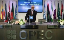 El secretario general de la Opep, Abdullah al-Badri, llega a una conferencia de prensa en Vienna. Imagen de archivo, 27 noviembre, 2014.  El secretario general de la OPEP, Abdullah al-Badri, defendió el miércoles la decisión del grupo de no recortar su producción de petróleo para contrarrestar la caída de los precios en la reunión que sostuvo en noviembre. REUTERS/Heinz-Peter Bader