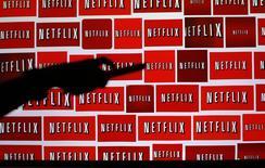 Logos de Netflix vistos en una fotografía tomada en Encinitas, California. Imagen de archivo, 14 octubre, 2014.  El rápido lanzamiento de Netflix Inc en los mercados mundiales pilló por sorpresa a la mayoría de los analistas, provocando una ola de aumentos en el precio objetivo de las acciones después de que la empresa informara su desempeño trimestral. REUTERS/Mike Blake