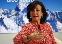 """Ana Botín, presidenta del Banco Santander, durante un evento realizado en Davos, 22 enero, 2015.  Las perspectivas económicas de España están mejorando y la tasa de crecimiento está """"más cerca del 3 por ciento"""" que del 2, dijo el jueves la presidenta del Banco Santander, Ana Botín, en una conferencia en el Foro Económico Mundial en Davos en Suiza. REUTERS/Ruben Sprich"""