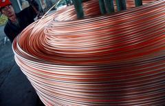 Un empleado enrrolla cobre dentro de una fábrica en Nantong. Imagen de archivo, 18 junio, 2011. La producción de cobre refinado de China trepó un 10,2 por ciento mes a mes en diciembre y tocó un máximo histórico por quinto mes consecutivo, dado que las fundiciones se apresuraron en cumplir con sus objetivos para este año y que los abundantes suministros de la materia prima alentaron la actividad. REUTERS/China Daily