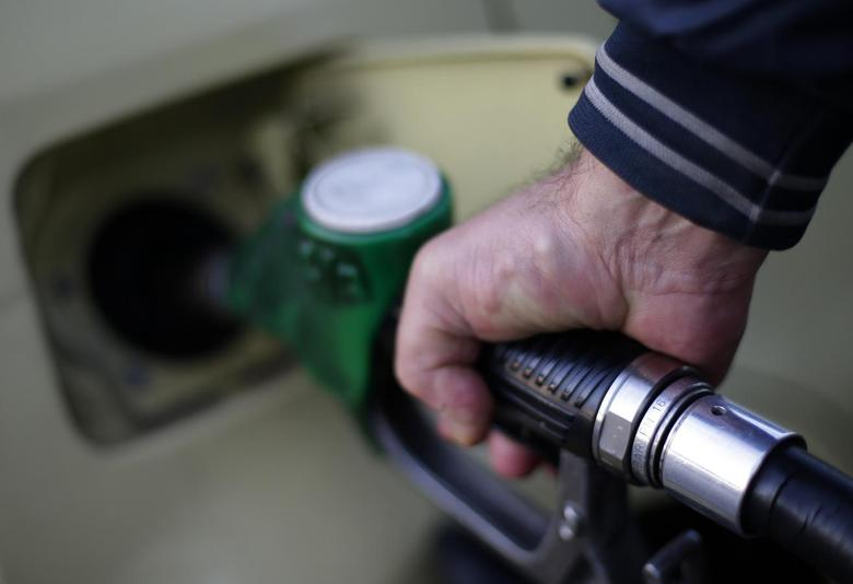 A man fills up his car at a petrol station in Rome January 6, 2015.   REUTERS/Max Rossi