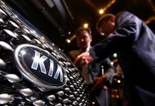 Le bénéfice net du constructeur automobile sud-coréen Kia Motors a chuté de 54% au quatrième trimestre, soit davantage que les prévisions des analystes, le plongeon du rouble ayant pesé sur son chiffre d'affaires en Russie. /Photo d'archives/REUTERS/Kim Hong-Ji