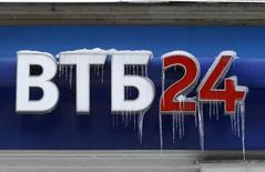 Logo de la banque VTB 24 à Moscou. Les banques russes bénéficiant d'au moins 25 milliards de roubles (350 millions d'euros) de fonds propres et disposées à augmenter leurs crédits aux secteurs stratégiques de l'économie vont pouvoir participer à un plan de recapitalisation de 1.000 milliards de roubles (14 milliards d'euros) mis en place. /Photo d'archives/REUTERS/Sergei Karpukhin