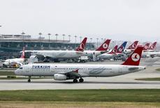 Turkish Airlines négocierait une commande d'au moins 10 Airbus A380 pour un montant évalué à un minimum de quatre milliards de dollars (3,55 milliards d'euros). /Photo prise le 15 mai 2013/REUTERS/Osman Orsal