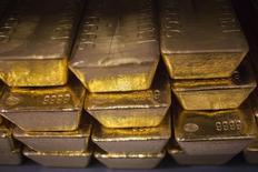 Слитки золота на монетном дворе в Уэст-Пойнте, штат Нью-Йорк. 5 июня 2013 года. Золотодобывающая Nordgold рассчитывает в первом квартале 2015 года полностью компенсировать двузначный спад выручки в четвертом квартале прошлого года, сказал гендиректор компании во вторник. REUTERS/Shannon Stapleton