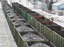 Вагоны с углем на станции Злобино в Красноярске 26 ноября 2014 года. Угольщикам и производителям удобрений РЖД пообещали послабления в повышении экспортных тарифов на перевозки, которое вступит в силу 29 января. REUTERS/Ilya Naymushin