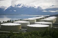 Нефтехранилища в Вальдесе, Аляска 8 августа 2008 года. Запасы нефти в США выросли на 12,7 миллиона баррелей до 405,1 миллиона баррелей на неделе, завершившейся 23 января, сообщил Американский институт нефти (API). REUTERS/Lucas Jackson