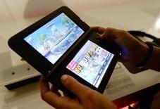 Nintendo n'atteindra pas son objectif de bénéfice d'exploitation annuel en raison des ventes médiocres de la console de jeu mobile 3DS mais observe que la faiblesse du yen implique que les ventes réalisées à l'étranger dégagent un bénéfice net. /Photo prise le 11 juin 2014/REUTERS/Kevork Djansezian