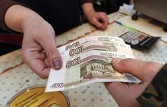 Le gouvernement russe a annoncé mercredi un plan de 2.340 milliards de roubles (30,6 milliards d'euros) destiné à traiter la crise économique et financière provoquée par la chute des cours du pétrole et par les sanctions occidentales liées au conflit en Ukraine. /Photo prise le 23 janvier 2015/REUTERS/Ilya Naymushin