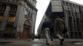 Unas personas caminando por el distrito financiero de Buenos Aires, ago 1 2014. El regulador de los mercados de capitales de Argentina levantó el miércoles una suspensión para comercializar títulos públicos y privados al local Banco Macro, sin dar mayores detalles.   REUTERS/Marcos Brindicci
