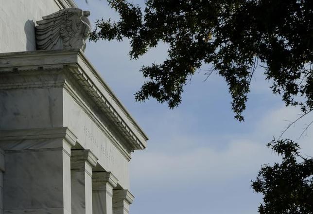 1月28日、米FRBはFOMC声明で、金融政策の正常化に「忍耐強い」アプローチが必要とあらためて表明した。写真はワシントンのFRBで昨年10月撮影(2015年 ロイター/Gary Cameron)