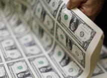 Notas de 1 dólar norte-americano em produção em Washington, nos Estados Unidos. 14/11/2014 REUTERS/Gary Cameron