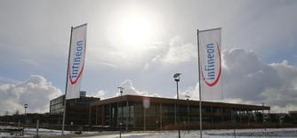Le fabricant allemand de semi-conducteurs Infineon, qui a réalisé sur le premier trimestre de son exercice 2014-2015 des performances supérieures aux attentes, relève ses prévisions annuelles. /Photo prise le 28 janvier 2015/REUTERS/Michael Dalder