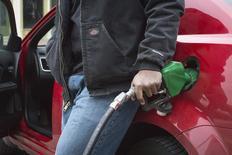 Un hombre carga su automóbil con gasolina en una estación en St.Louis, Missouri. Imagen de archivo, 15 enero, 2015. La economía de Estados Unidos probablemente creció a un ritmo acelerado en el cuarto trimestre ya que los precios más bajos de la gasolina habría estimulado el gasto de los consumidores, en una muestra de su resistencia a pesar de un panorama global sombrío. REUTERS/Kate Munsch