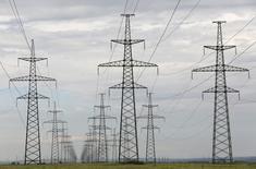 Линии электропередачи у Саяно-Шушенской ГЭС в Хакасии. 28 июля 2014 года. Подконтрольная Газпрому российская генерирующая ОГК-2 сократила производство электроэнергии в прошлом году на 2,8 процента до 68,7 миллиарда киловатт-часов, сообщила компания. REUTERS/Ilya Naymushin