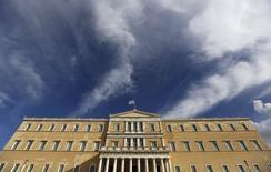 Le Parlement grec. Selon un haut fonctionnaire, le nouveau gouvernement grec rejette le programme d'aide international de 240 milliards d'euros et n'a pas davantage l'intention de réclamer une prolongation de la participation de l'UE à celui-ci, qui arrive à échéance le 28 février. /Photo prise le 25 janvier 2015/REUTERS/Alkis Konstantinidis