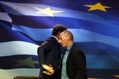 """Yanis Varoufakis et le président de l'Eurogroupe Jeroen Dijsselbloem à Athènes. Le nouveau ministre grec des Finances a déclaré que le nouveau gouvernement n'avait pas l'intention de coopérer avec la mission de la """"troïka"""" formée par l'Union européenne, la BCE et le Fonds monétaire international et qu'il ne demanderait pas une extension du programme d'assistance financière. /Photo prise le 30 janvier 2015/REUTERS/Kostas Tsironis"""