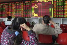 Розничные инвесторы в брокерской конторе в городе Хайкоу в китайской провинции Хайнань. 22 января 2015 года. Азиатские фондовые рынки, кроме Южной Кореи, снизились в понедельник после публикации слабой макроэкономической статистики США и Китая. REUTERS/Stringer