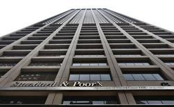 Standard & Poor's va débourser 1,5 milliard de dollars (1,3 milliard d'euros) au total pour mettre fin à une série de procédures judiciaires ouvertes aux Etats-Unis sur les notes attribuées à des titres hypothécaires avant la crise financière de 2008. /Photo d'archives/REUTERS/Brendan McDermid