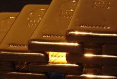 Слитки золота в магазине Tanaka в Токио. 18 апреля 2013 года. Цены на золото растут после спада во вторник, но рост сдерживается интересом к рискованным активам на фоне переговоров Греции с кредиторами. REUTERS/Yuya Shino
