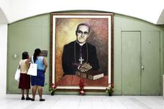 People look at a picture of slain Salvadoran Archbishop Oscar Romero at the national cathedral in San Salvador, El Salvador February 3, 2015. REUTERS/Jose Cabezas