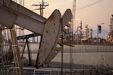 Unas unidades de bombeo de crudo en el pozo Wilmington de Oxy, cerca de Long Beach, California, jul 30 2013. Los precios del crudo Brent extendían sus pérdidas el miércoles hasta caer bajo los 56 dólares el barril, revirtiendo una racha de cuatro sesiones al alza debido a un aumento a máximos históricos de los inventarios de petróleo en Estados Unidos que puso nuevamente la atención en el exceso global de suministros.  REUTERS/David McNew