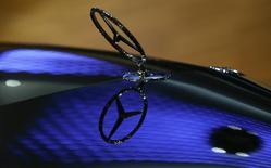 Автомобиль Mercedes-Benz в конференционном зале Daimler AG в Штутгарте. 5 февраля 2015 года. Операционная прибыль Daimler в четвертом квартале 2014 года выросла на 10 процентов за счет запуска новых моделей и роста спроса в США и Китае, что помогло немецкому автоконцерну увеличить продажи и прибыль подразделения Mercedes-Benz. REUTERS/Ralph Orlowski