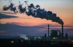 Фабрика компании Kronospan в немецком городе Лампертсвальде. 8 декабря 2014 года. Экономические перспективы еврозоны сейчас лучше, чем три месяца назад, благодаря дешевой нефти, слабому евро и количественному смягчению, проводимому Европейским центробанком, сообщила в четверг Еврокомиссия. REUTERS/Hannibal Hanschke