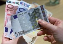 L'encours des crédits aux particuliers a progressé de 2,6% en France sur les douze mois à fin décembre, un rythme légèrement en retrait par rapport à ceux de novembre (2,7%) et octobre (+2,8%). /Photo d'archives/REUTERS/Vincent Kessler